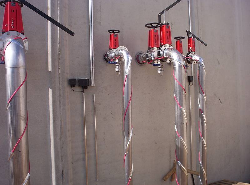 Edelstahl-Leitungen Mit Rohrbegleitheizung Vor Dem Isolieren